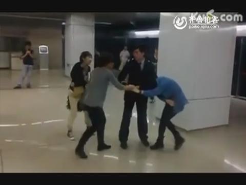 实拍北京地铁两女子揪头发互殴